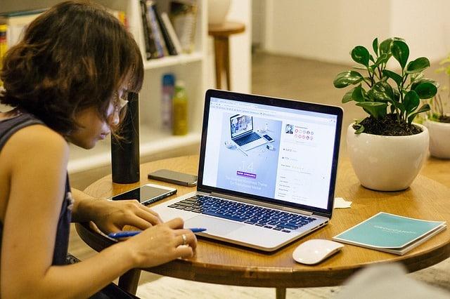 ergonomisk kontorstol og arbejde